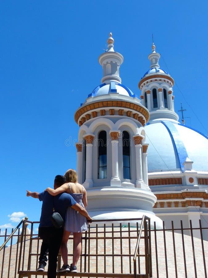 Giovani coppie che abbracciano sulla piattaforma di osservazione di nuova cattedrale o Catedral, Cuenca, Ecuador fotografia stock