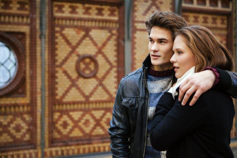 Giovani coppie che aspettano un treno immagini stock