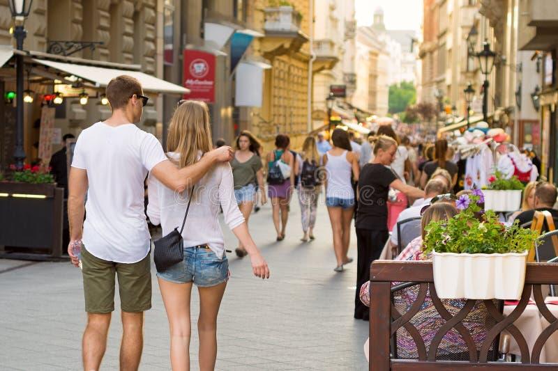 Giovani coppie che camminano giù la via di Vaci a Budapest fotografia stock