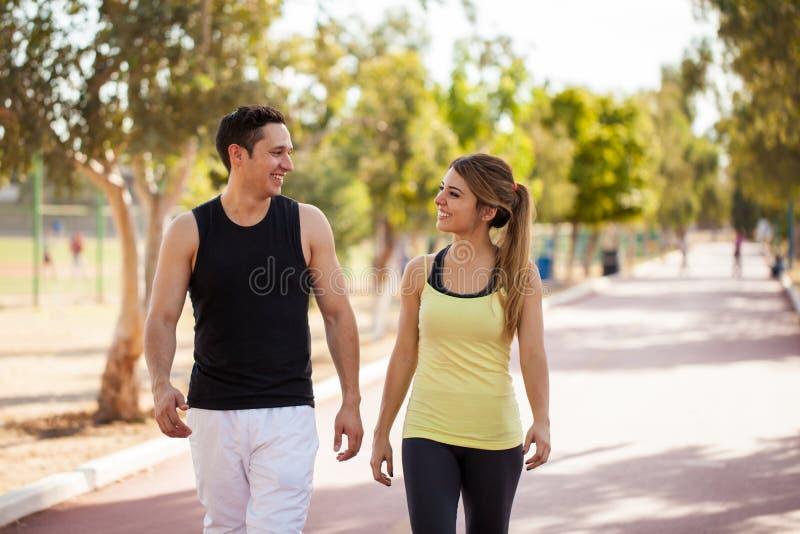 Giovani coppie che camminano insieme all'aperto fotografia stock