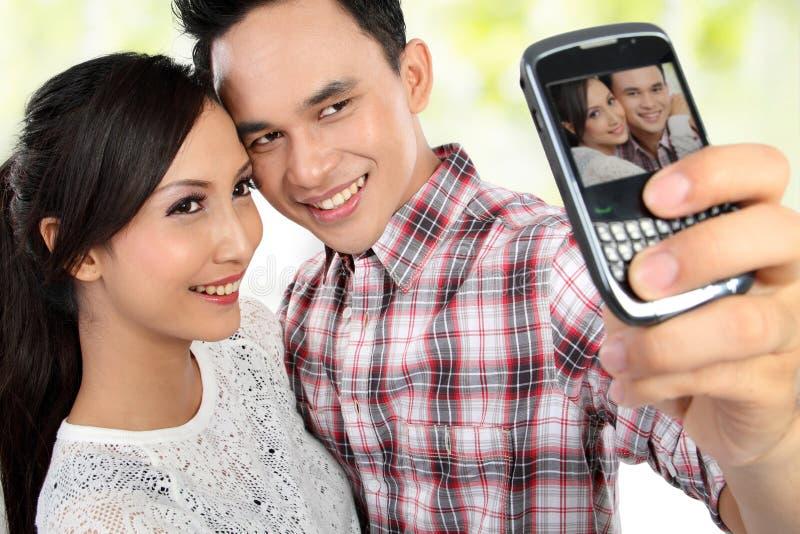 Giovani coppie che catturano auto ritratto fotografia stock