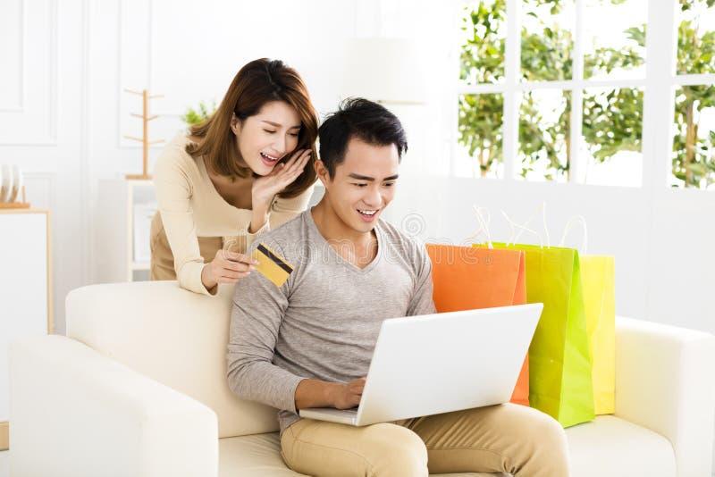 Giovani coppie che comperano online con la carta di credito fotografia stock libera da diritti
