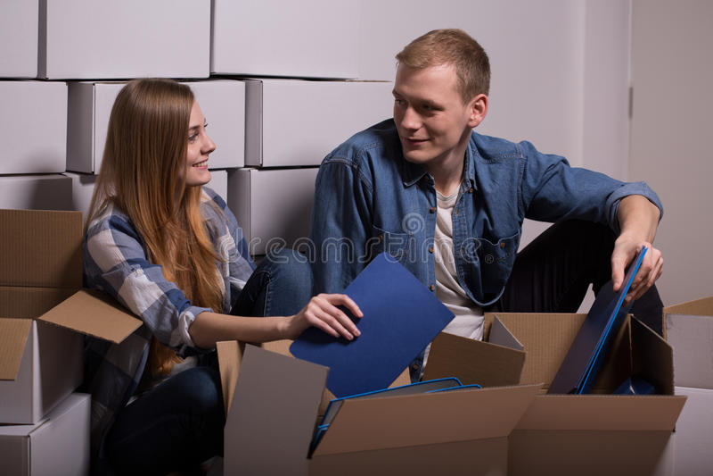 Giovani coppie che disimballano le scatole commoventi fotografie stock