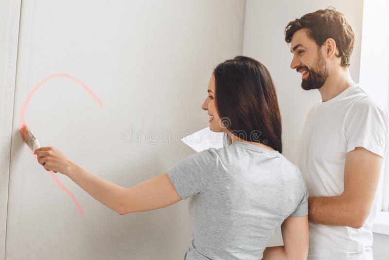 Giovani coppie che fanno insieme riparazione dell'appartamento stesse fotografia stock