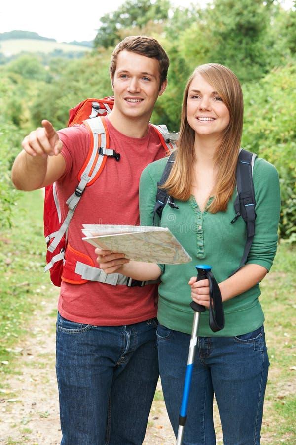 Giovani coppie che fanno un'escursione nella campagna fotografia stock libera da diritti