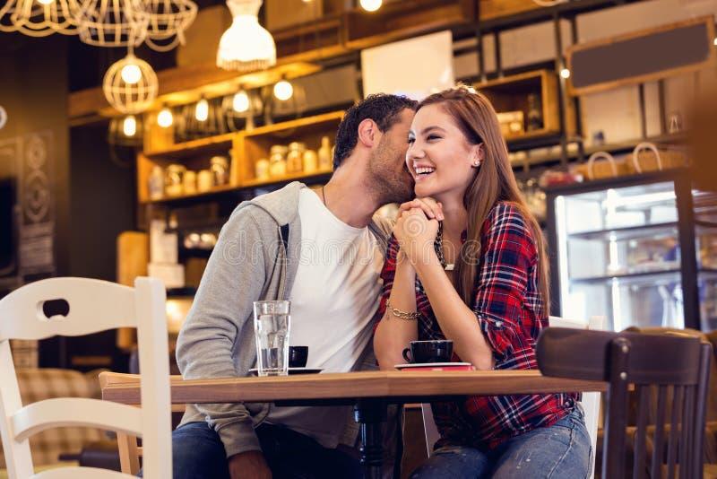 Giovani coppie che flirtano in caffè immagini stock libere da diritti