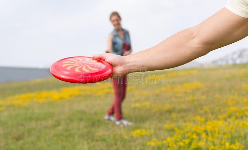 Giovani coppie che giocano frisbee fotografie stock libere da diritti