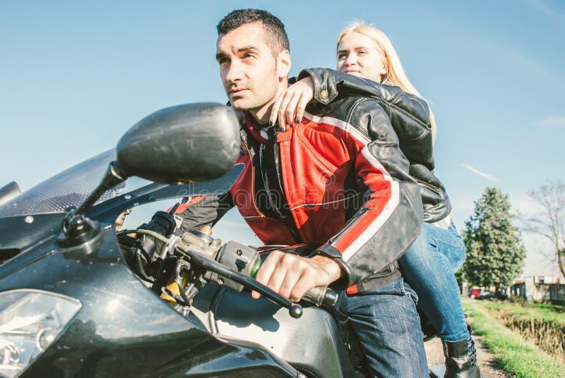 Giovani coppie che guidano su un motociclo di sport fotografia stock libera da diritti