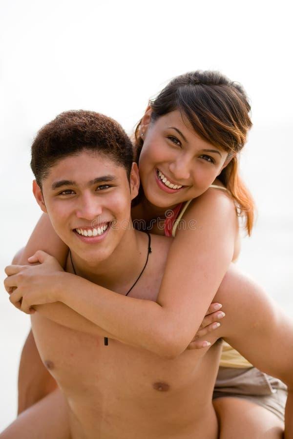 Giovani coppie che hanno divertimento immagini stock libere da diritti