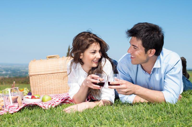 Giovani coppie che hanno picnic fotografia stock