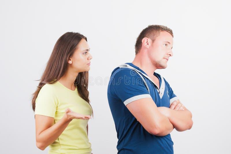 Giovani coppie che hanno problemi con i rapporti. fotografia stock