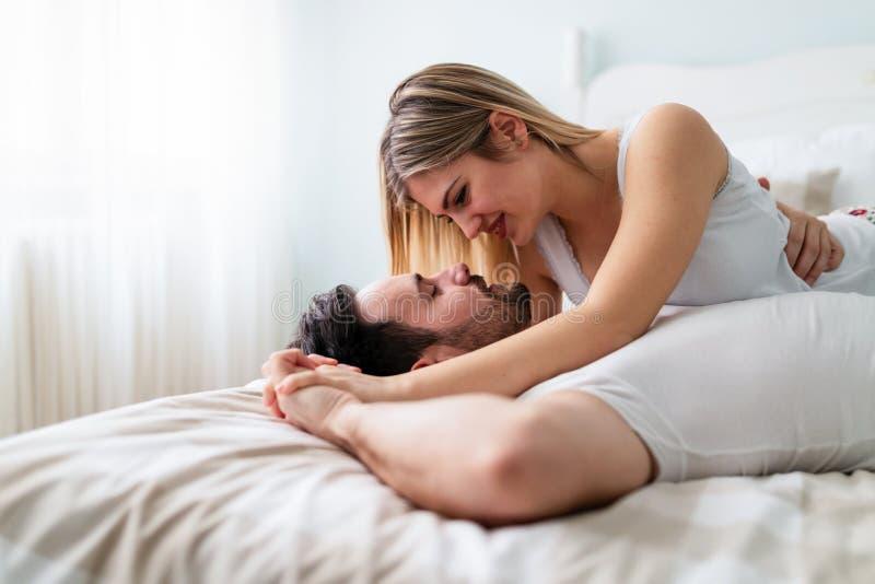 Giovani coppie che hanno tempo romantico in camera da letto fotografia stock