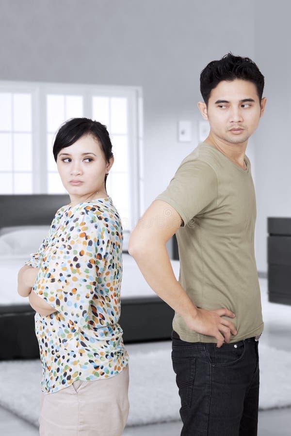 Giovani coppie che hanno un litigio nella camera da letto fotografia stock libera da diritti