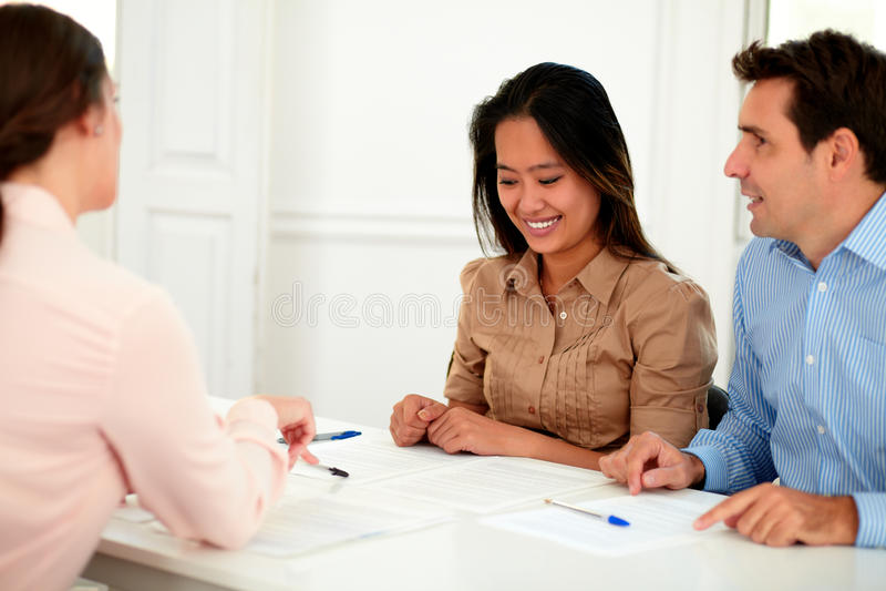 Giovani coppie che lavorano con il consulente finanziario fotografie stock