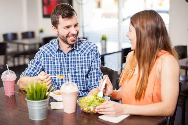 Giovani coppie che mangiano insieme e che flirtano immagine stock libera da diritti