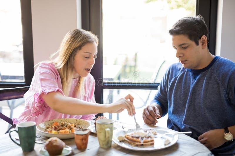 Giovani coppie che mangiano prima colazione in un ristorante fotografia stock