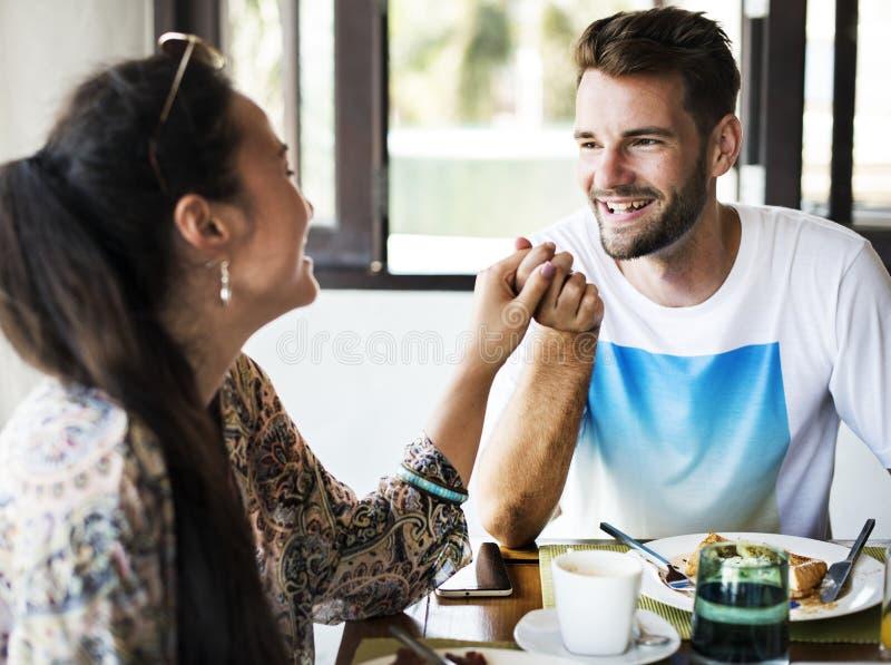 Giovani coppie che mangiano una prima colazione dell'hotel immagini stock libere da diritti