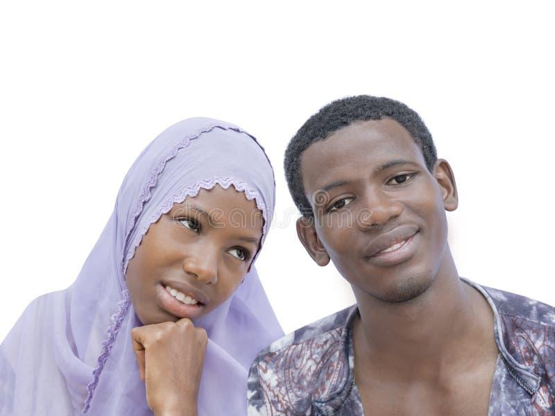 Giovani coppie che mostrano una bella complicità, isolata fotografia stock libera da diritti