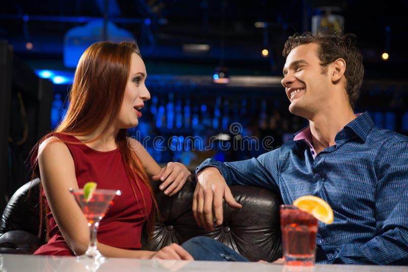 Giovani coppie che parlano in un night-club fotografia stock
