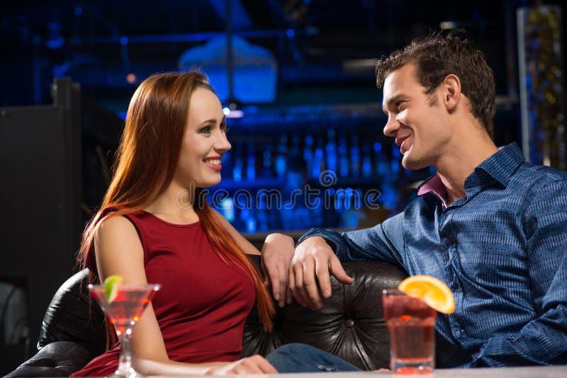 Giovani coppie che parlano in un night-club fotografia stock libera da diritti
