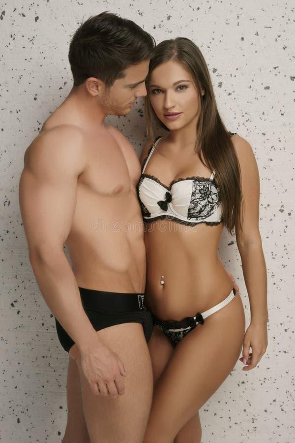 Giovani coppie che portano biancheria intima sexy soltanto fotografie stock