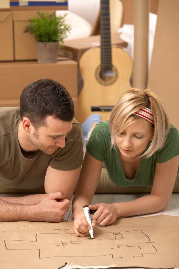 Giovani coppie che progettano la loro nuova casa immagine stock libera da diritti