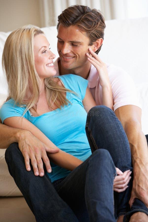 Giovani coppie che propongono all'interno fotografia stock