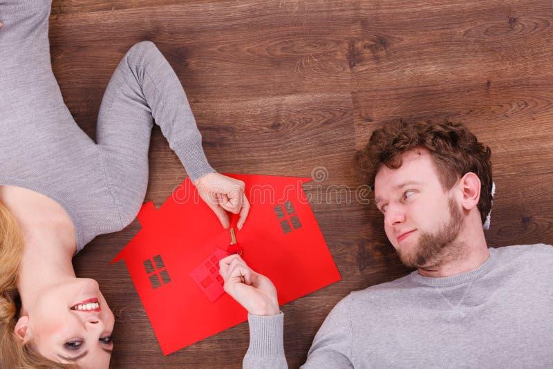 Giovani coppie che scambiano le chiavi fotografie stock