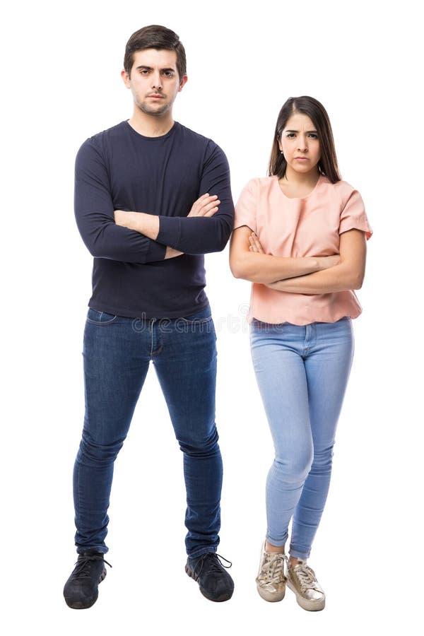 Giovani coppie che sembrano turbate immagine stock