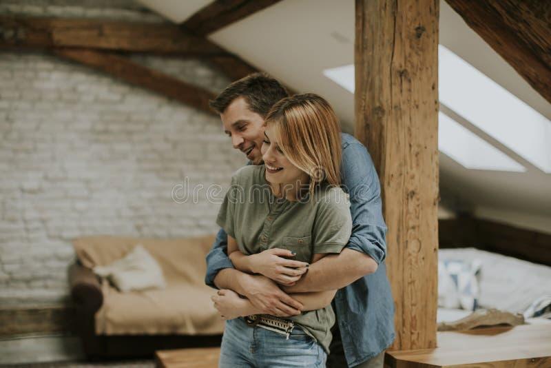 Giovani coppie che si abbracciano a casa fotografia stock