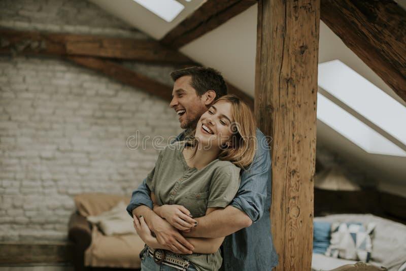 Giovani coppie che si abbracciano a casa immagine stock libera da diritti
