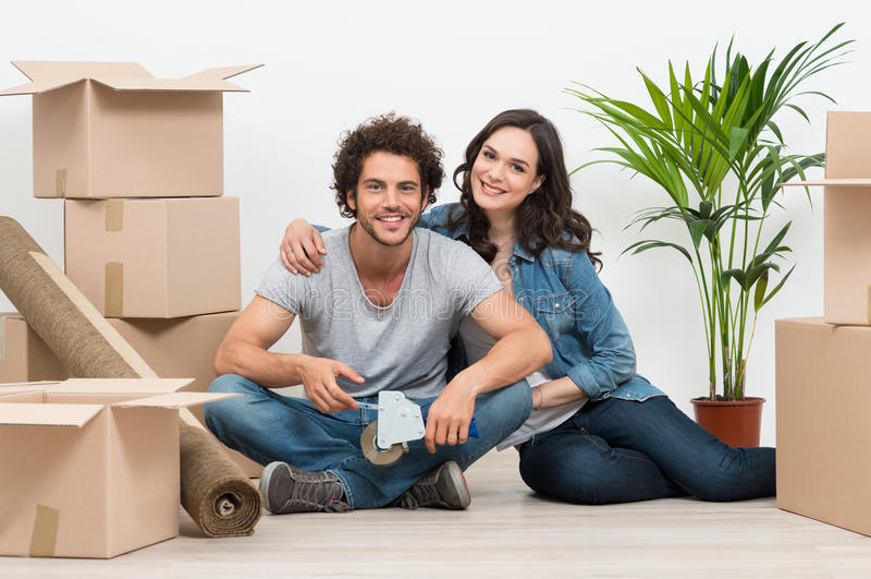 Giovani coppie che si muovono verso la nuova casa immagine stock libera da diritti