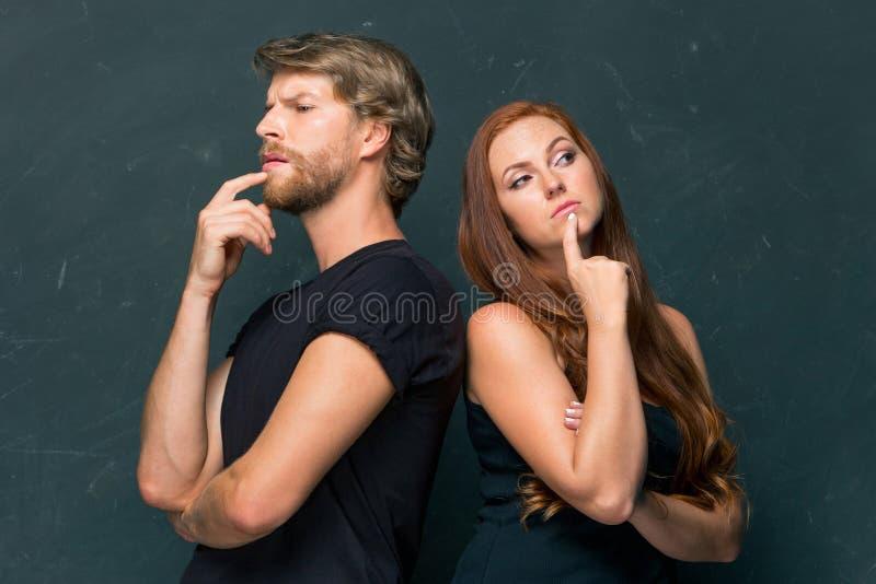 Giovani coppie che si ricordano e che pensano a qualcosa fotografie stock