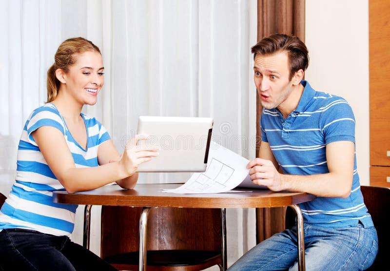 Giovani coppie che si siedono allo scrittorio e che for Piani di ascensore domestico