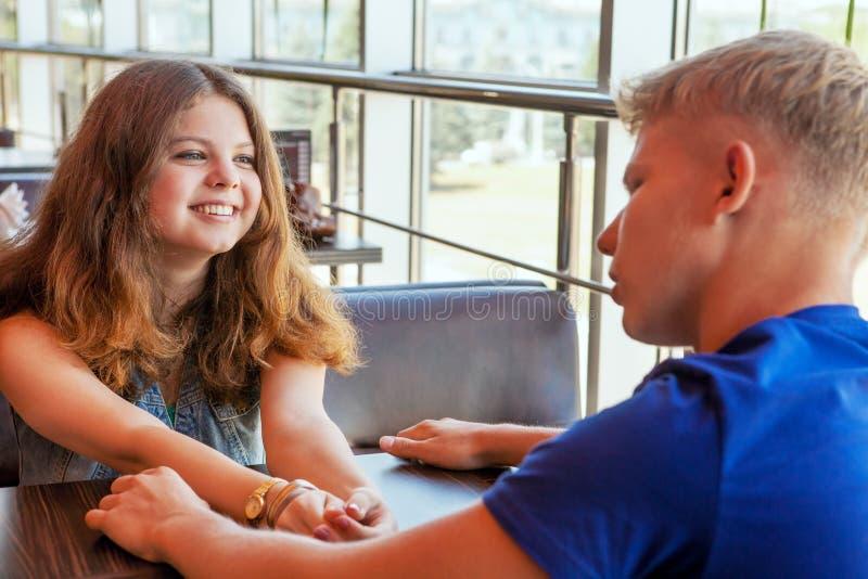 Giovani coppie che si siedono in caffè fotografie stock libere da diritti