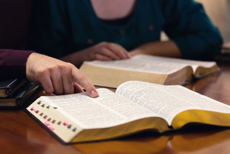 Giovani coppie che studiano la bibbia fotografie stock