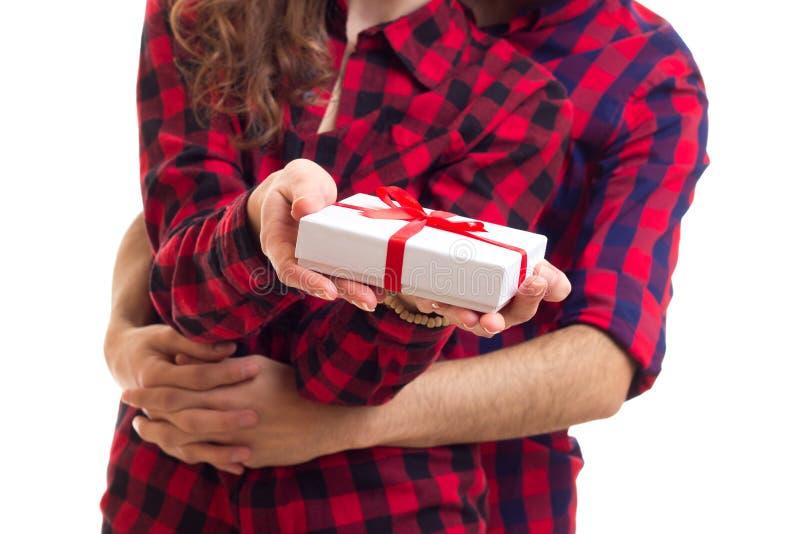 Giovani coppie che tengono un presente fotografia stock libera da diritti