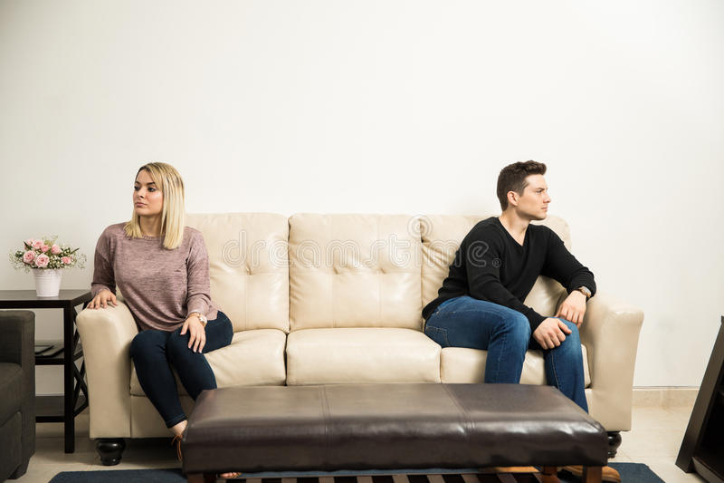 Giovani coppie che tengono una certa distanza immagini stock libere da diritti