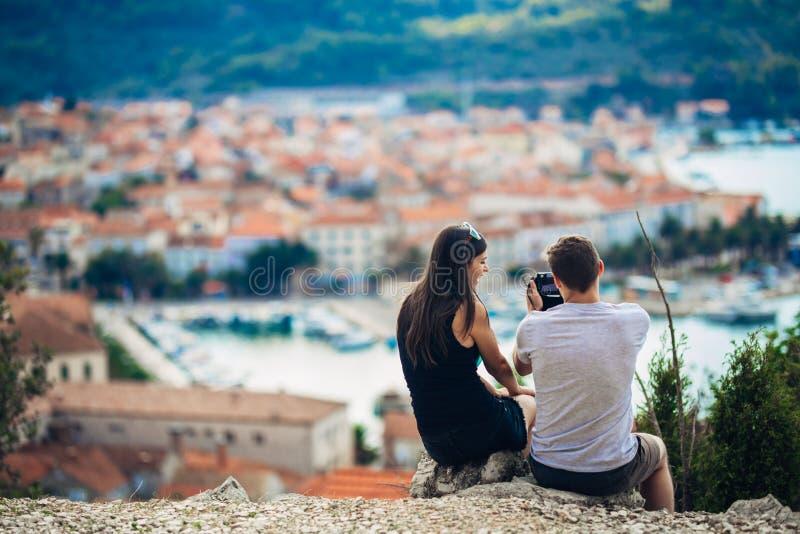 Giovani coppie che viaggiano e che visitano Europa Estate che visita Europa e cultura Mediterranea Vie Colourful, paesaggio urban immagini stock