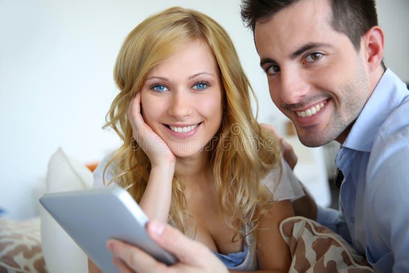 Giovani coppie che websurfing sul Internet fotografia stock