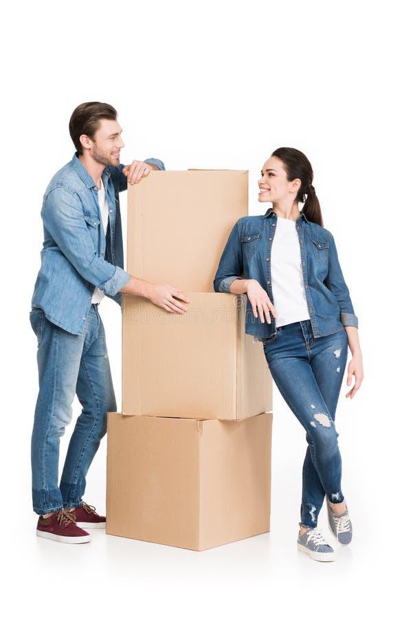 giovani coppie commoventi con le scatole di cartone, immagine stock libera da diritti