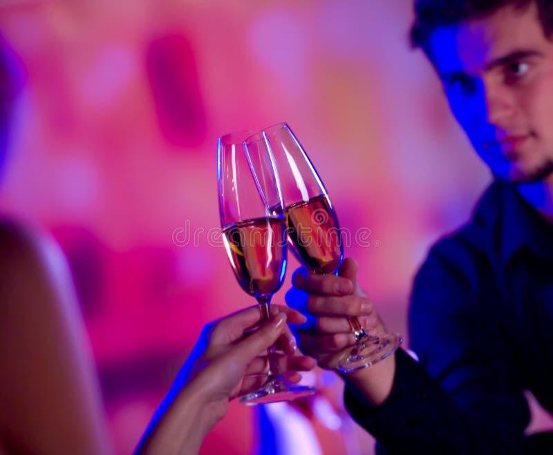 Giovani coppie con champagne fotografie stock libere da diritti