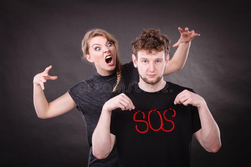 Giovani coppie con cuore rotto e la parola di SOS fotografia stock