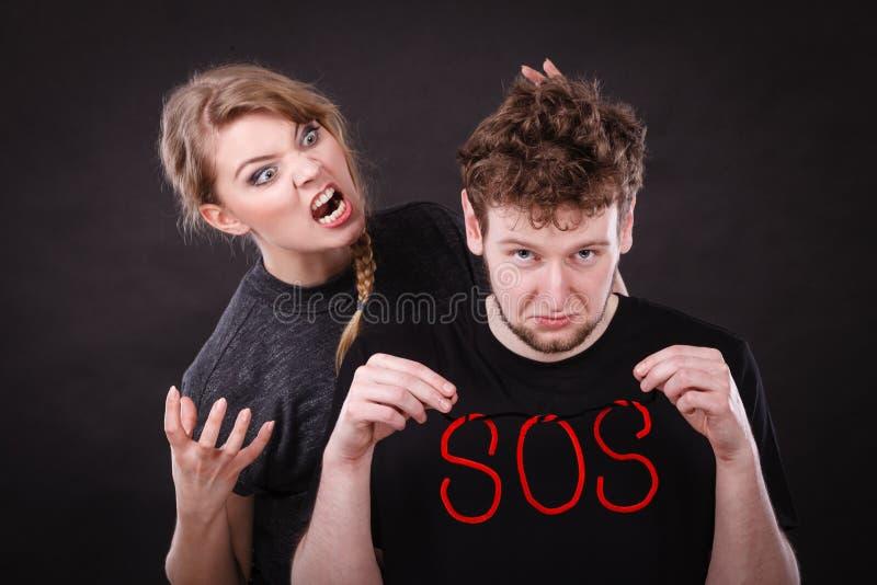 Giovani coppie con cuore rotto e la parola di SOS immagini stock