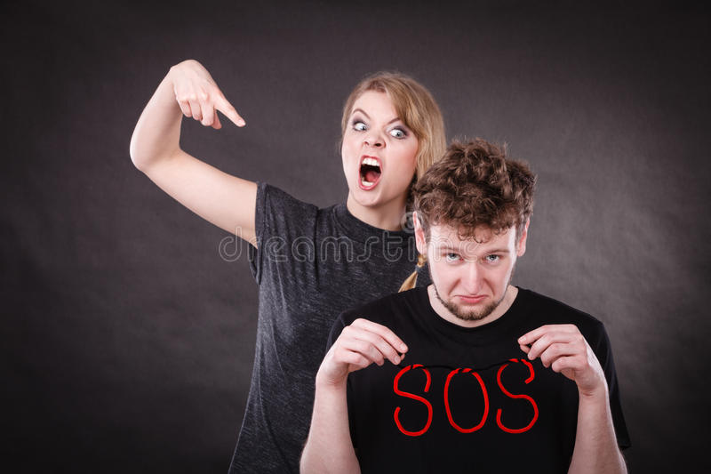 Giovani coppie con cuore rotto e la parola di SOS fotografie stock libere da diritti