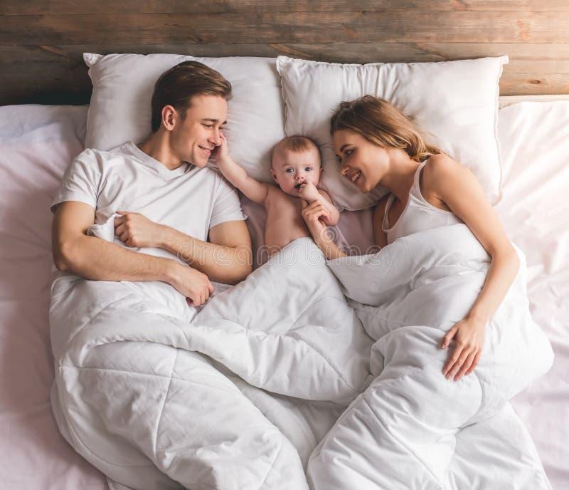 Giovani coppie con il bambino immagine stock libera da diritti