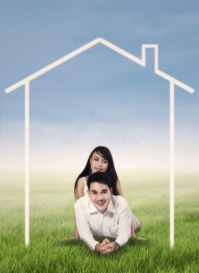 Giovani coppie con il disegno della casa illustrazione di for Disegno della casa
