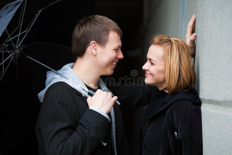 Giovani coppie con l'ombrello fotografia stock libera da diritti