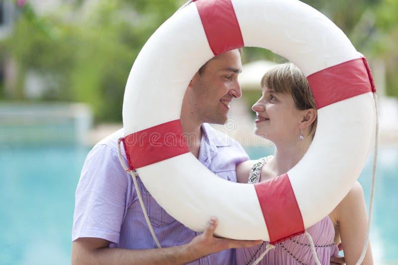 Giovani coppie con la anello-boa fotografia stock