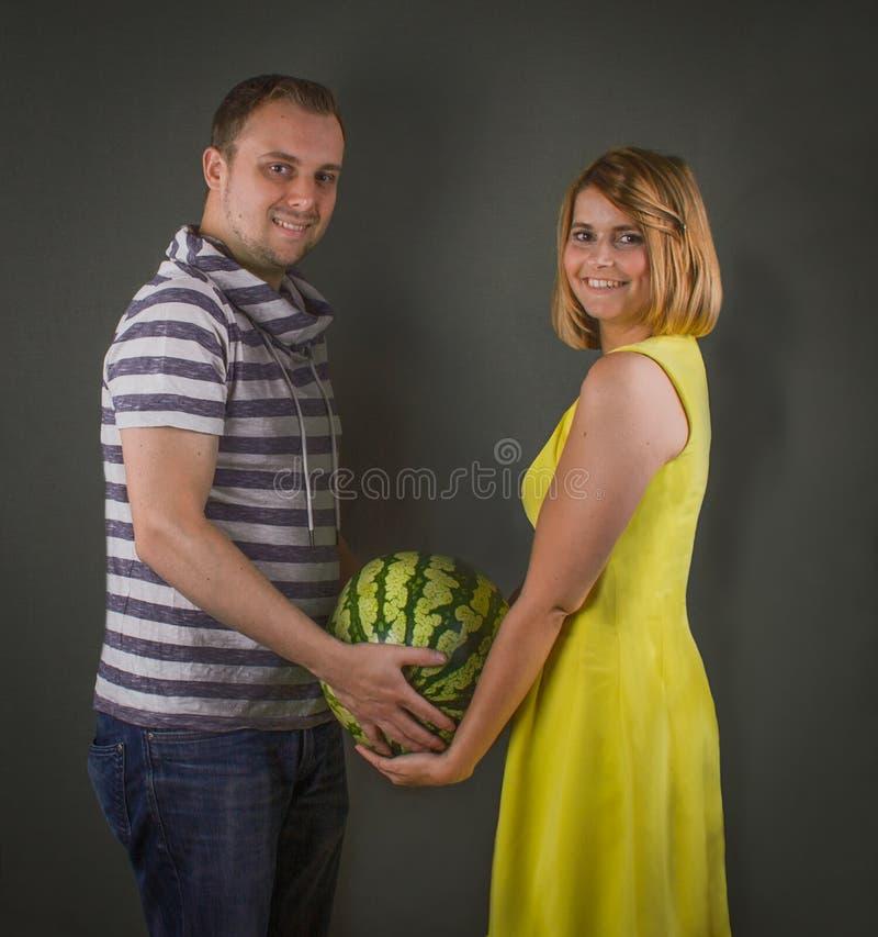 Giovani coppie con la grande anguria matura fresca fotografia stock